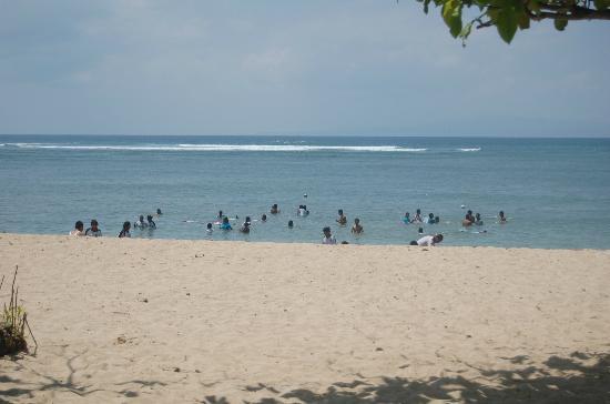 Aquarius Beach Hotel Sanur: пляж в районе отеля, на фоне - школьники