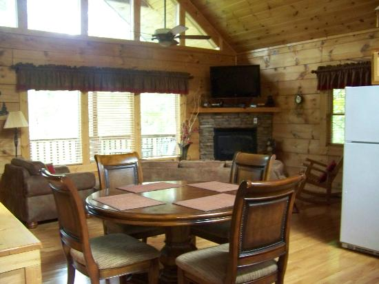 Mountain Shadows Log Home Resort: dining and living area