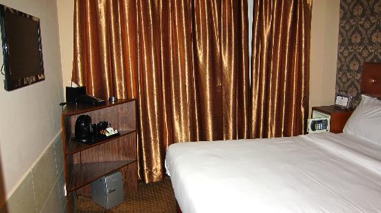 Best Western Hotel Harbour View Hong Kong: ちっちゃい冷蔵庫には笑ってしまうが、寝心地のいいベッド