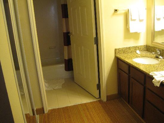 Residence Inn Newark Elizabeth/Liberty International Airport: Bathroom One