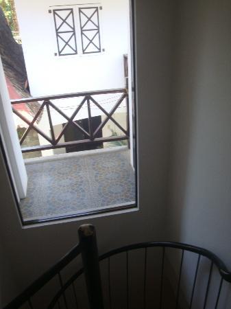 เนอวานา บีช รีสอร์ท: the balcony and spiral stairs