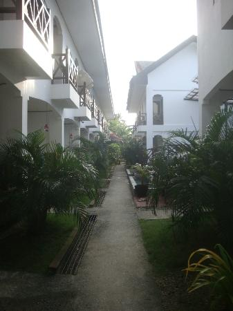 Nirvana Beach Resort: the walkway (pool to the right)
