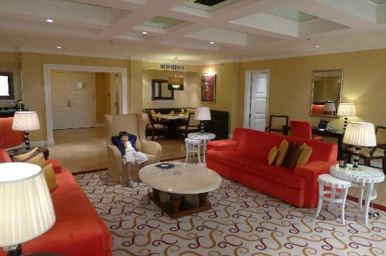 Maxims Hotel - Resorts World Manila: Living Room