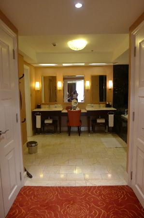 Maxims Hotel - Resorts World Manila: walk in closet to the spacious bathroom