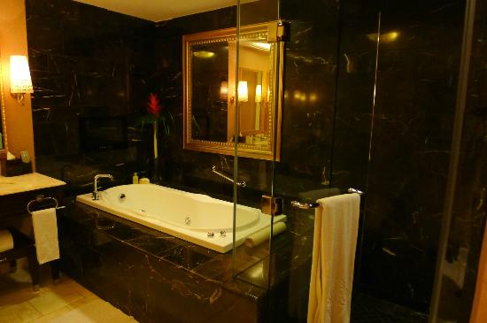 Maxims Hotel - Resorts World Manila: Jacuzzi - where the broken TV is located