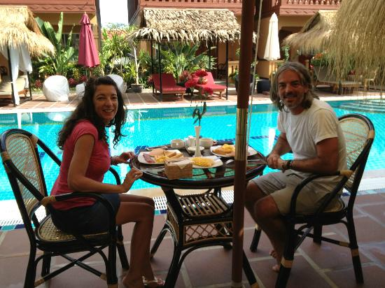 Lux Guest house: All our guest enjoin breakfast at pool