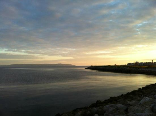High Tide Bed & Breakfast: Looking towards the right from the High Tide B&B towards Salthill.