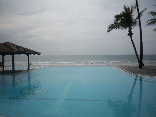 The Palm Beach Resort: Infinit swimming pool