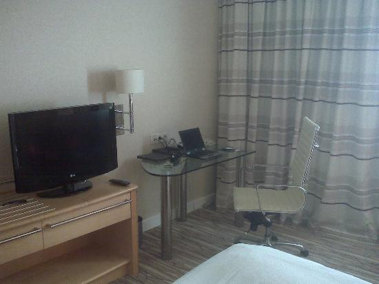 Hilton Sofia: Camera 724 - angolo scrivania e TV