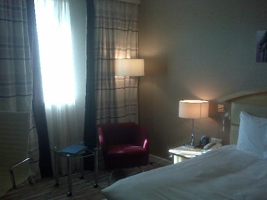 Hilton Sofia: Camera 724 - angolo poltrona