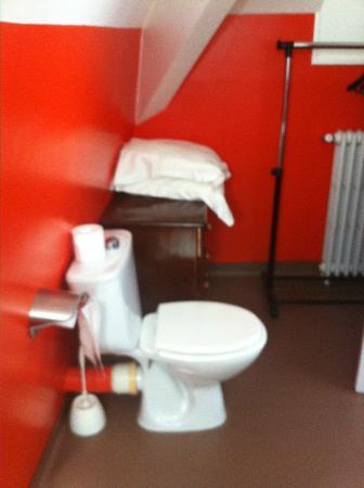 Hotel de France: coin toilette, avec meuble tiroirs...
