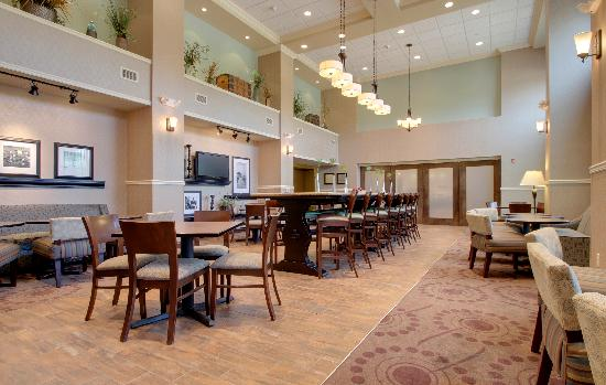 Hampton Inn & Suites Grafton: Our perfect mix lobby is a great place to hang out.
