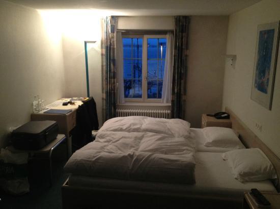 Hotel Engel: Fenster, Bett und Schreibtisch
