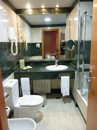 Abba Sants Hotel: Room 511 bath