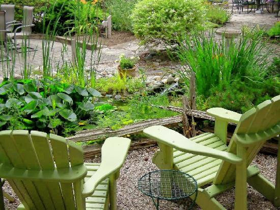 Chantry Breezes B&B: Relax in the Backyard