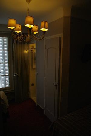 Kamer: rechts bed met tv, 1e deur toilet, 2e deur badkamer - Picture ...