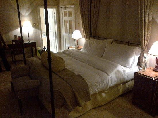 Taplow House Hotel: Orkney Suite Bed Area at Night (Oct 12)