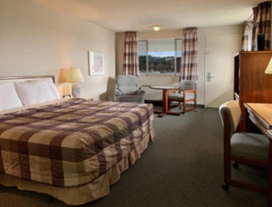 Days Inn Auburn: Standard King Bed Room