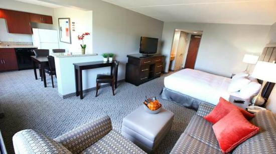 DoubleTree by Hilton Des Moines Airport: King Room Seating