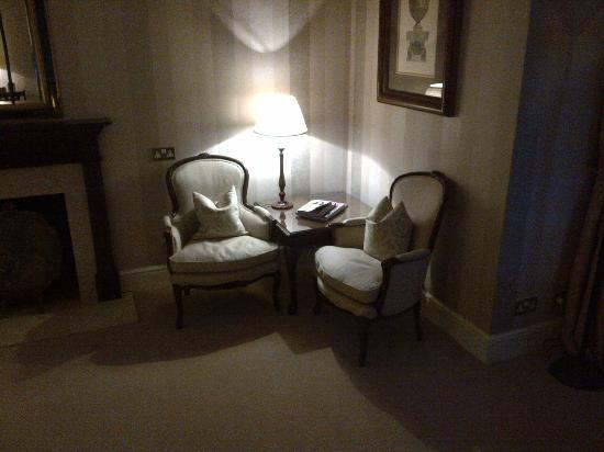 Taplow House Hotel: Orkney Suite Seating Area at Night (Oct 12)