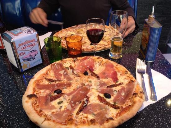 Roquebrune-Cap-Martin, Francia: Une pizza Suisse (en haut) et une Italienne (en bas)