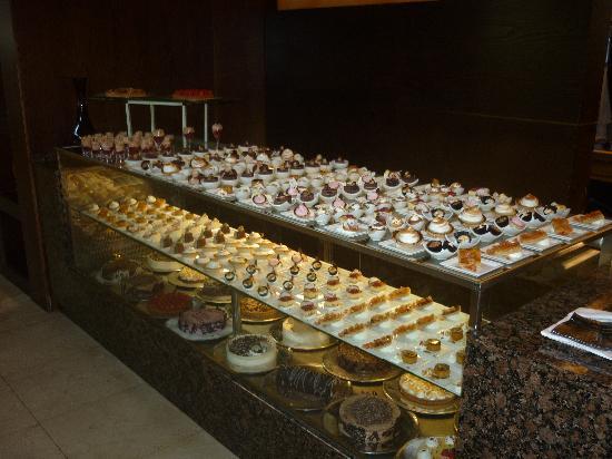 Gran Melia Palacio de Isora Resort & Spa: Mostrador de postres del Buffet Pangea