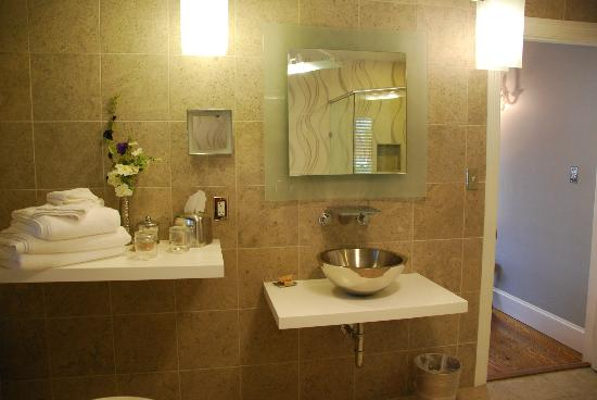 Inn BoonsBoro: Sink Area