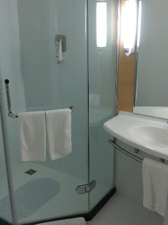 Ibis Chengdu Chunxi: Bathroom