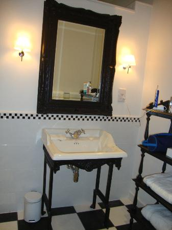 The Roseate Villa Bath: very regal bathroom