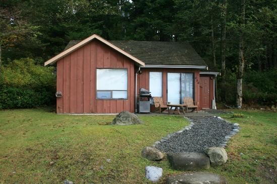 Tsa-Kwa-Luten Lodge: Cabins - one is a double with BBQ & hot tub, some are singles with BBQ.
