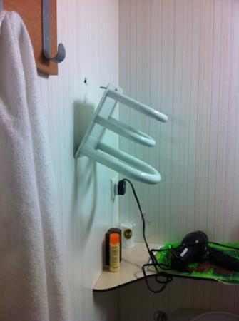 B&B Hotel Marne la Vallee Bussy: towel rack falling off the wall