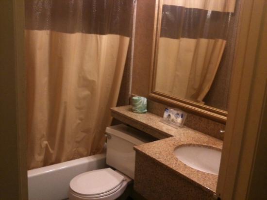 Americas Best Value Inn: Clean, Newer Bath
