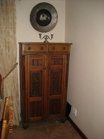 Del Roza Guest House: Antique cupboard in dining room