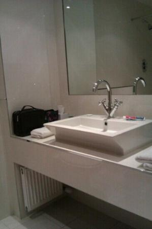 Ballyroe Heights Hotel: modern bathroom