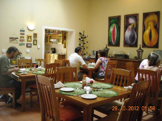 Del Roza Guest House: Breakfast area in action(2)