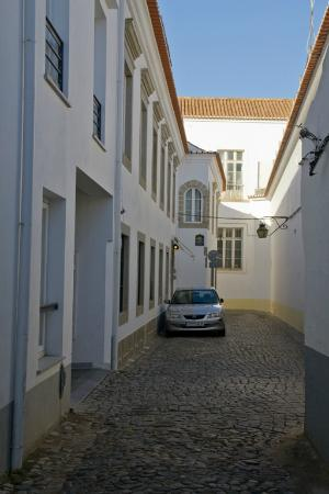 Hotel Santa Clara Evora Centro : Back alley- which is front entrance and parking