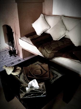 Riad Alili: notre salon/cheminée