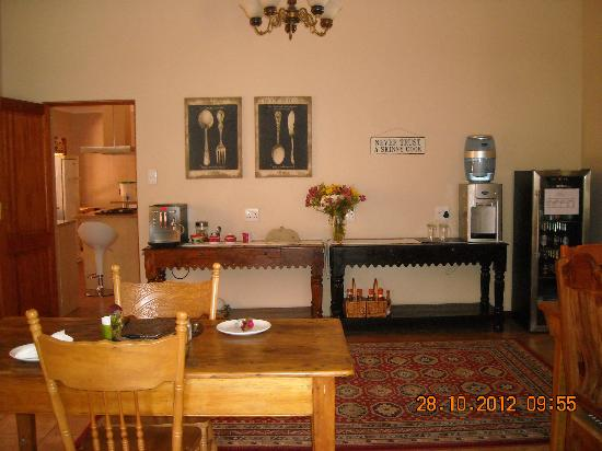 Del Roza Guest House: Self-help station in the general diningroom area