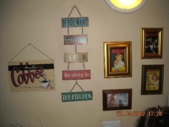 Del Roza Guest House: Catchy wall decor in breakfast area