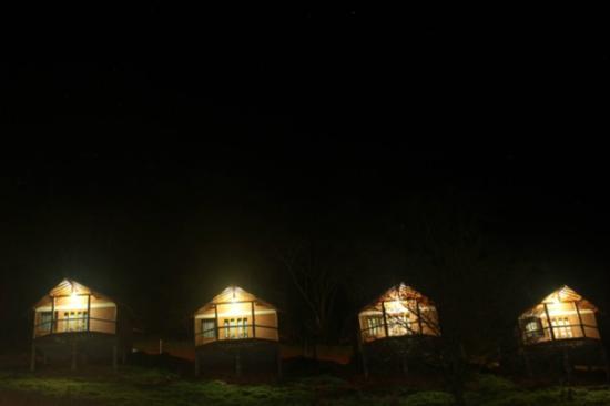 Pousada Caminho da Mata: chalés de noite