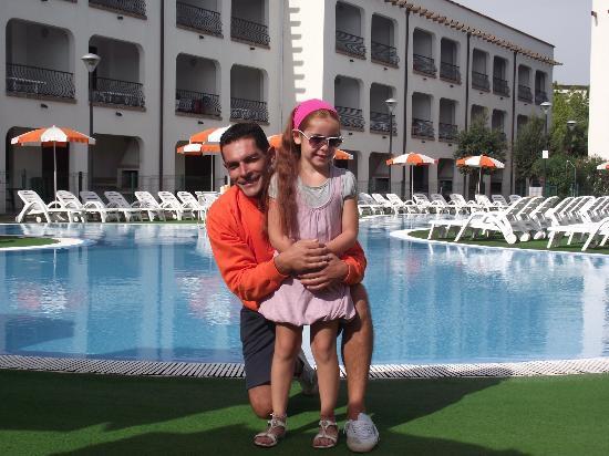 Michelangelo Resort: bordo piscina con Diego tutto fare