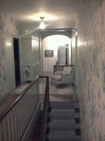 The Centennial House Bed and Breakfast : Hallway to rooms