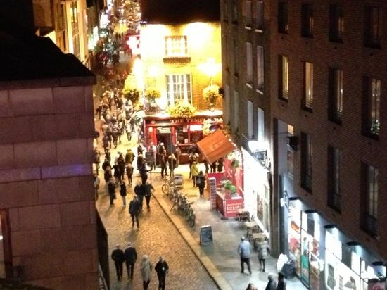Fitzsimons Hotel : overlooking temple bar nightlife.