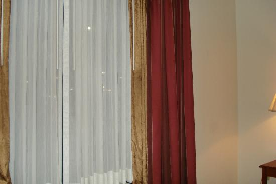 Wingate by Wyndham Vienna Parkersburg: Pretty drapes