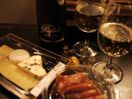 Hotel Louis 2: モノプリで買った惣菜とシャンパン