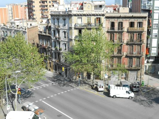 Hotel Catalonia Sagrada Familia: Looking onto the street from our room