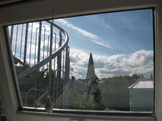 هوتل أودينسف: Вид из номера: знаменитая церковь Халлгримскиркья 