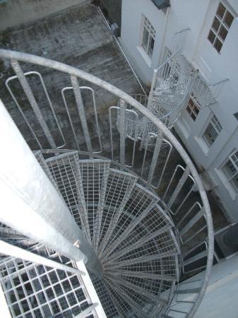 Hotel Odinsve: Винтовая лестница - сюда можно выйти из номера