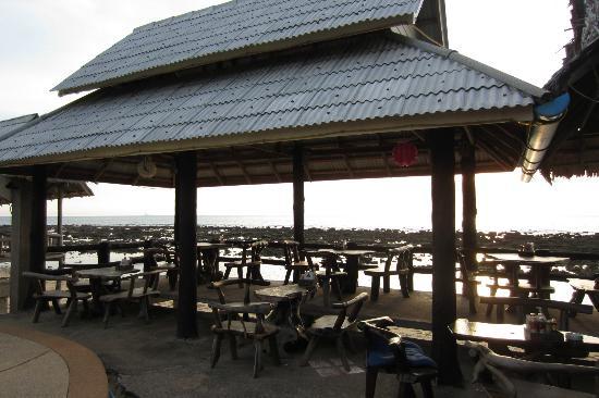 Lanta New Beach Bungalows: bar/ restaurant area overlooking beach