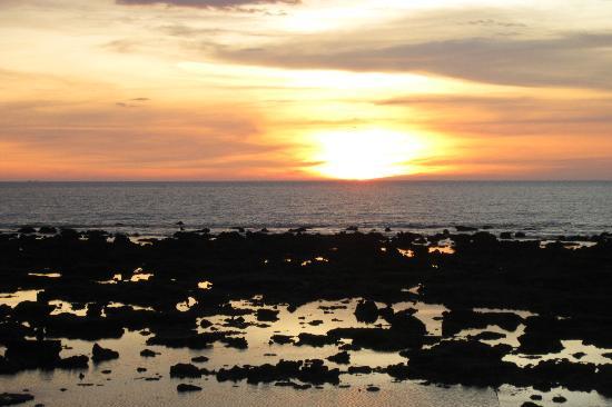 لانتا نيو بيتش بونجالوس: beautiful sunset from bar area 